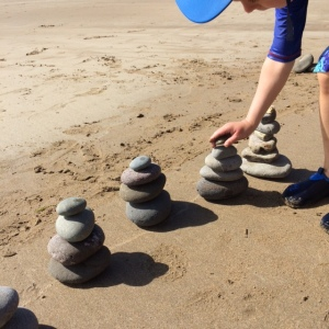 Stacking pebbles to make pebble tower sculptures